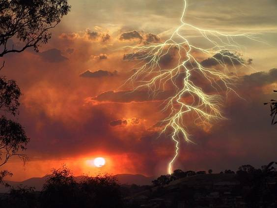 IMAGE(http://stuff.ermarian.net/arancaytar/images/sunset_lightning.jpg)